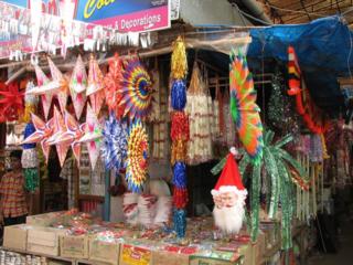 India_-_Kerala_-_071_-_Cochin_-_Xmas_decorations_for_sale_(2077712791)